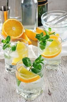さわやかな夏のカクテル、白いポートワインにドライワインまたは甘いワインを数滴オレンジを混ぜたもの