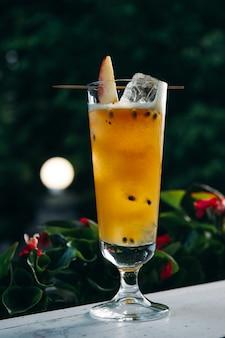 Освежающий летний коктейль с персиком и маракуйей