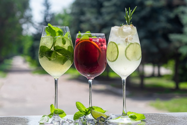 ライムのスライスでさわやかな夏のカクテル。アルコール飲料。ミント、柑橘類、アイスキューブの小枝を添えてください。バーで。