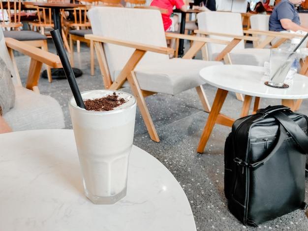 アイスキューブとさわやかな夏のカクテル。甘いシロップフルーツと冷たいソーダ。複数のオブジェクトを水平方向にコピーします。