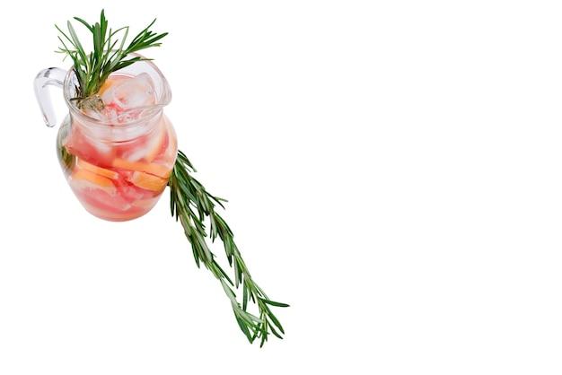 Освежающий летний детокс-коктейль из грейпфрута и розмарина, изолированных на белой поверхности.