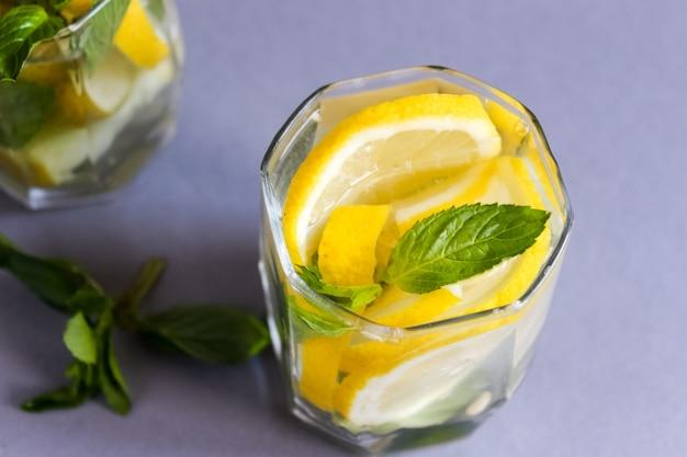 상쾌한 여름 해독 레몬과 민트와 함께 신선한 물을 마셔