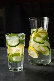 レモン、新鮮なキュウリ、ミントでさわやかな夏の飲み物