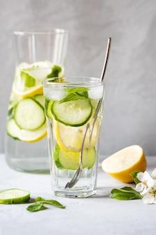 レモン、新鮮なキュウリ、ミントでさわやかな夏の飲み物 Premium写真