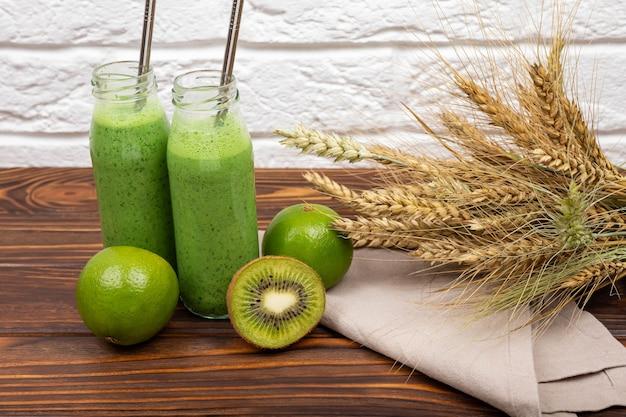 Освежающий летний зеленый смузи вегетарианский здоровый зеленый смузи