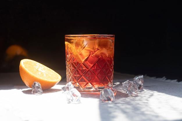 ライムのスライスで爽やかな夏の強いカクテル。アルコール飲料。ミント、柑橘類、アイスキューブの小枝を添えてください。バーで。