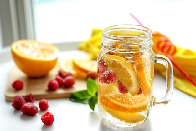 テーブルの上の果物とさわやかな水