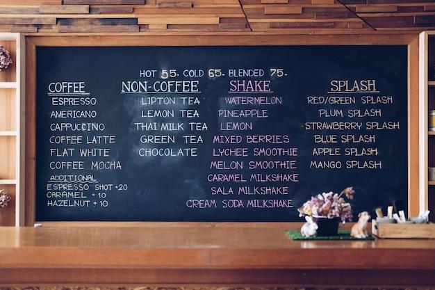 カフェコーヒーショップの黒板に軽食メニュー