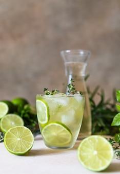 Освежающая вода с добавлением лайма и тимьяна. здоровый напиток и концепция детоксикации.