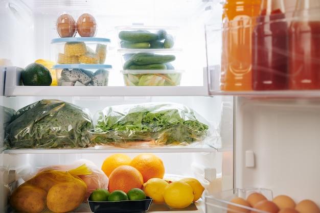 食品でいっぱいの冷蔵庫