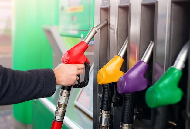 ガソリンスタンドでガソリンまたはディーゼル燃料を車に補給する。