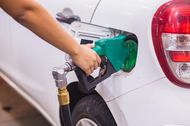 Заправка авто заправка бензином на азс и заправка форсунки бензонасоса в топливный бак автомобиля