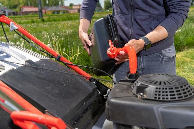 Заправка моторной газонокосилки