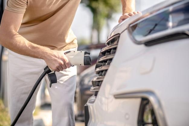 給油。ガソリンスタンドで車に燃料を補給するマシンマン