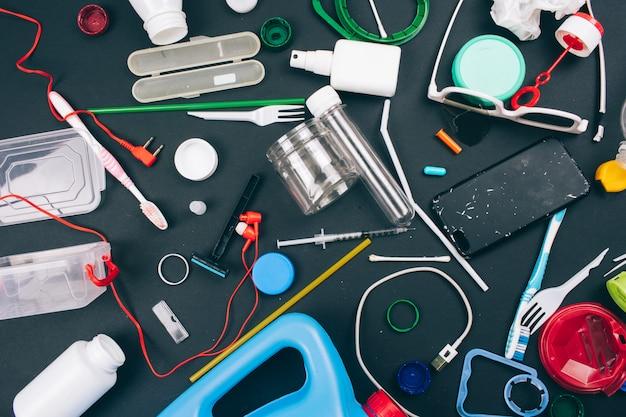 使い捨てプラスチックを拒否します。プラスチック汚染の概念。オレンジ、グリーン、ブルーの使い捨てプラスチック廃棄物。プラスチック廃棄物を削減するための新しい規則、eu指令。プラスチックを使わないでください。上面図。