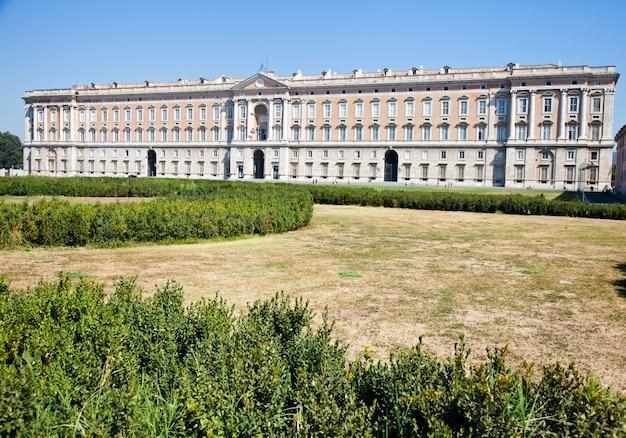 화창한 날의 레지아 디 카세르타(카세르타 왕궁)