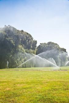 레지아 디 카세르타(caserta royal palace), 이탈리아. 호화로운 왕실 정원: 관개 작업
