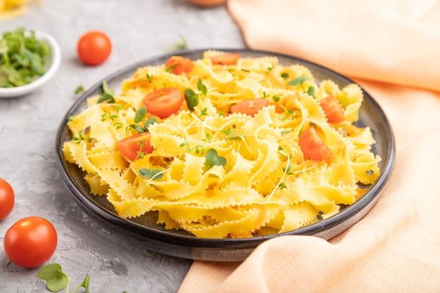 토마토, 계란, 마이크로 그린 콩나물을 곁들인 레지 넬 세 몰리나 파스타
