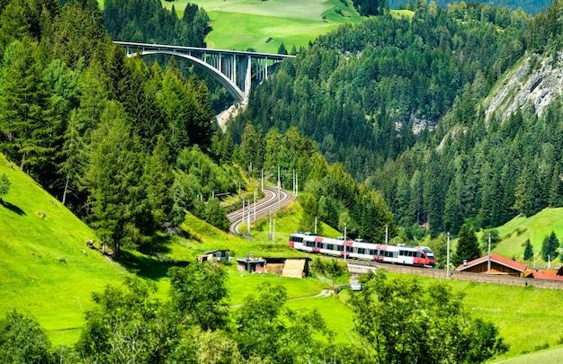 Региональный поезд на бреннерской железной дороге в австрийских альпах