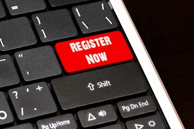 黒のキーボードの赤のenterボタンで今すぐ登録してください。
