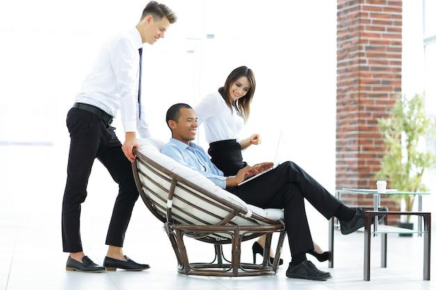 現代のオフィスの常連客と従業員