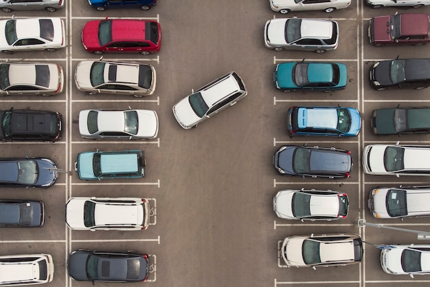 주차의 규칙성. 조심스럽게 주차된 차들의 모습. 주차장에서 자동차 탐색입니다. 주차를 위한 빈 공간을 찾고 있습니다. 주차장이 차들로 꽉 차 있습니다. 주차 문제.