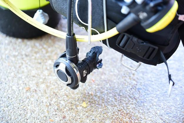 Regulator control breathing equipment for scuba diver