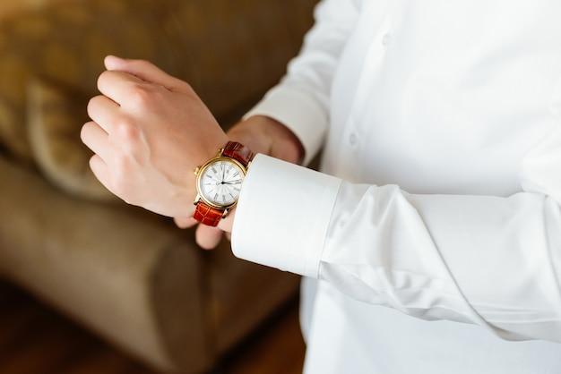 リハーサル準備。手に握手の腕時計。