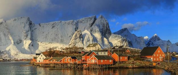 Рыбацкая деревня рейне на лофотенских островах, норвегия