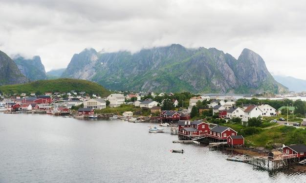 Reine은 노르웨이 nordland 카운티의 lofoten 군도에있는 moskenes 섬에있는 어촌 마을입니다.