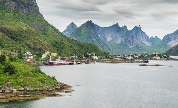 レーヌは、ノルウェー、ヌールラン郡、ロフォーテン諸島のモスケネス島にある漁村です。