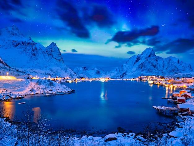 밤에 reine 마을. 로 포텐 제도, 노르웨이