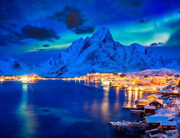 夜のレーヌ村。ロフォーテン諸島、ノルウェー
