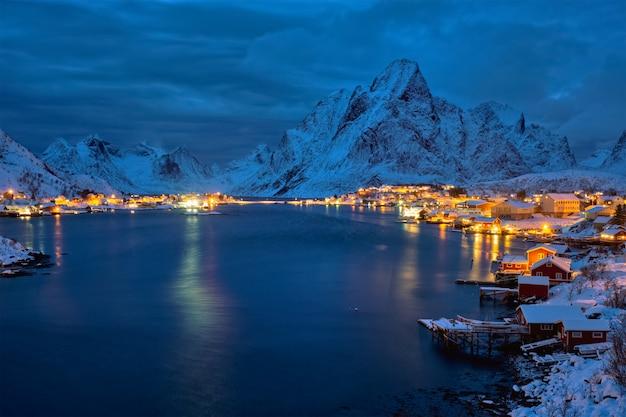 夜のレーヌ村。ノルウェーのロフォーテン諸島