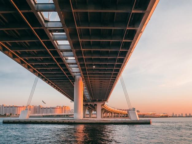 철근 콘크리트 교량 지지대. 물 위에 현대적인 디자인의 콘크리트 다리 지원. 머리 위의 고속도로. 상트 페테르부르크.