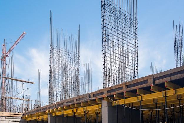 건설 중인 건물의 철근 콘크리트 구조물 비계 및 지지