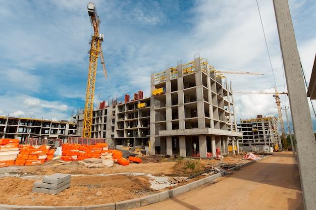 Усиленный каркас строящегося нового монолитного дома на фоне голубого неба