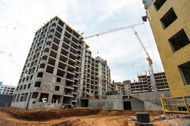 Усиленный каркас строящегося нового монолитного дома