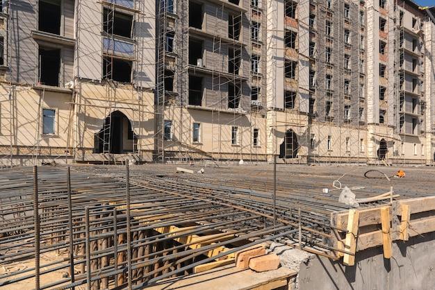 건물 배경에 콘크리트 기초를 붓기 위한 강화 금속 메쉬