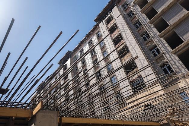건설 중인 건물의 배경에 콘크리트를 붓는 철근