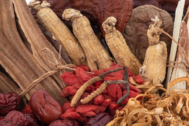 Гриб рейши или линчжи, ягоды годжи, жужуба, женьшень и кордицепс китайский фон