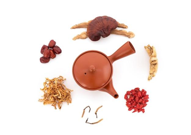 Reishi 또는 lingzhi 버섯, goji berry, jujuba, 인삼 및 cordyceps sinensis는 흰색 background.top 보기, 평평한 위치에 격리되어 있습니다.