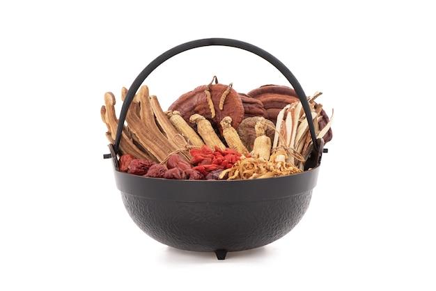 Гриб рейши или линчжи, ягода годжи, жужуба, женьшень и кордицепс китайский, изолированные на белом фоне с обтравочным контуром.