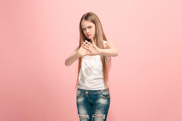 거부, 거부, 의심 개념. 분홍색 벽에 뭔가 거부에 젊은 감정적 인 십 대 소녀. 인간의 감정, 표정 개념