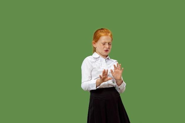 拒否、拒否、疑いの概念。若い感情的な十代の少女。人間の感情、表情の概念