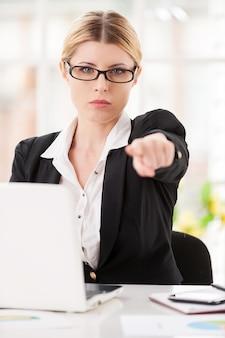 Отказ. серьезная зрелая женщина в строгой одежде говорит вам