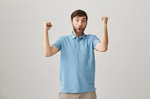 Gioia felice giovane uomo barbuto in posa Foto Gratuite