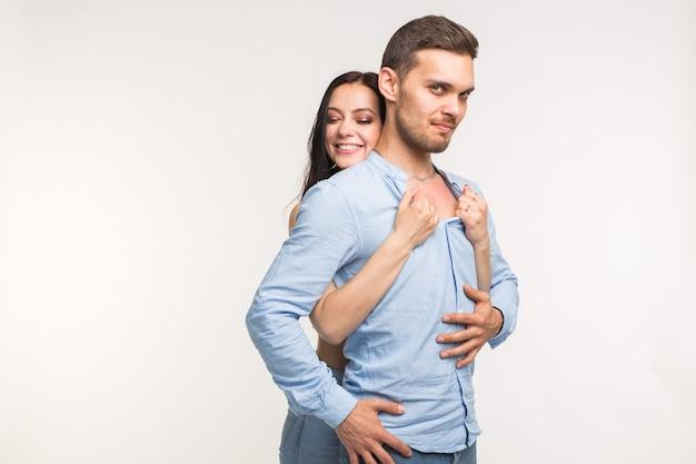 関係と愛の概念-コピースペースと白い背景の上の面白いカップルの肖像画