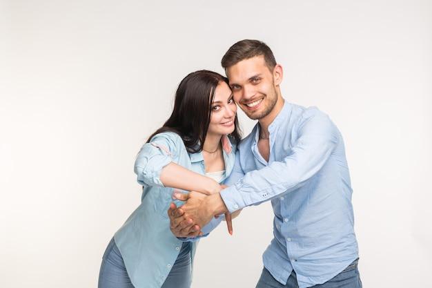 関係と愛の概念-白い背景の上の幸せなカップルの肖像画。