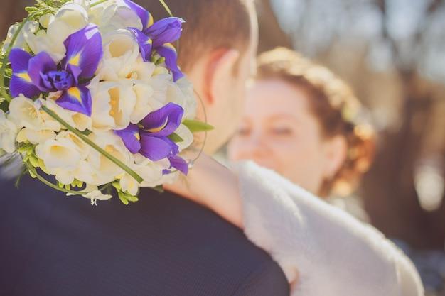男と女の花嫁と花groomのクローズアップとの関係と結婚式のコンセプト